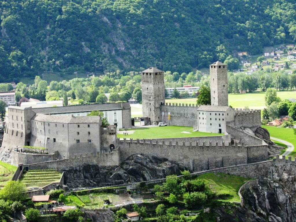 Замки Беллинцоны Швейцария